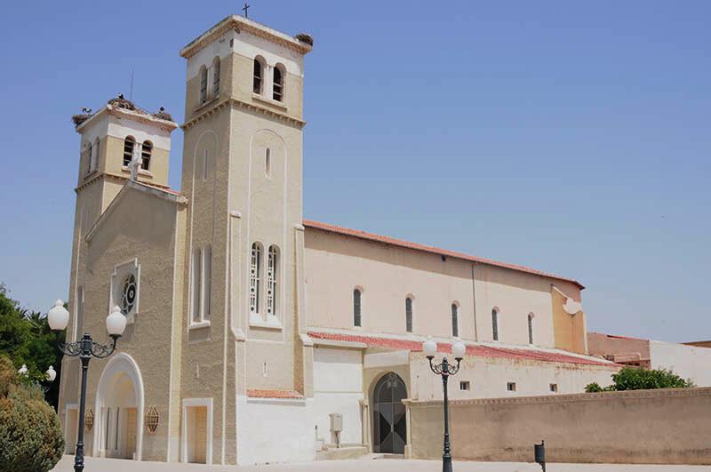 Latarnia z oprawą kulistą oświetlająca Kościół