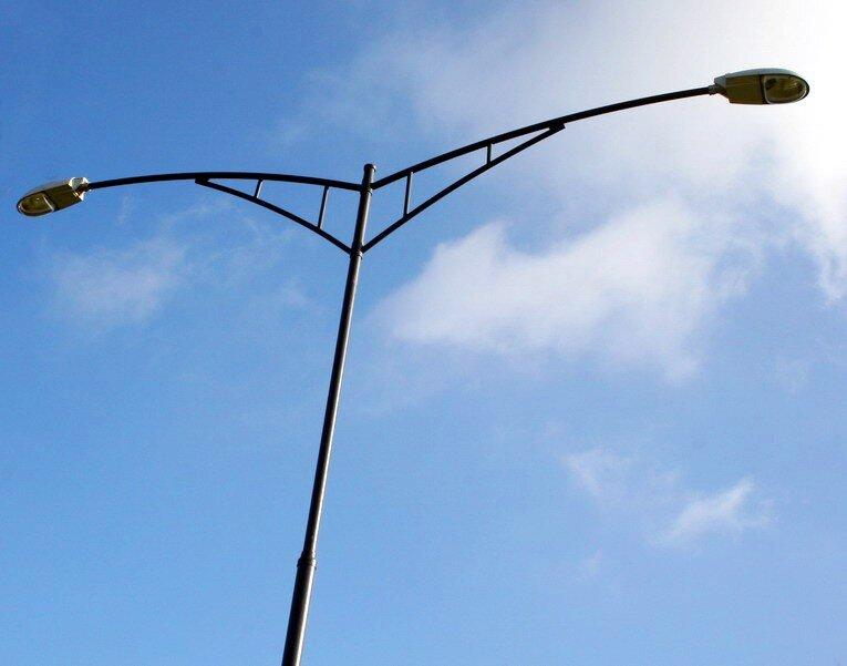 wysoka latarnia uliczna dwuramienna